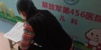 济南一女老师陪娃住院 走廊里批改试卷到凌晨 - 半岛网
